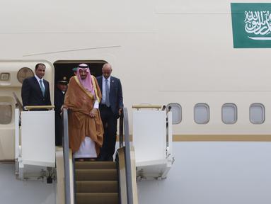 Raja Arab Saudi Salman bin Abdulaziz al-Saud turun dengan eskalator khusus, di Bandara Halim Perdanakusuma, Jakarta, Rabu (3/1). Raja Salman mendarat di Indonesia dengan menumpang Pesawat Saudia Arabian Airline. (Liputan6.com/Fery Pradolo)