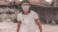 Bek Barito Putera, Reva Adi Utama, berjualan kurma saat kompetisi terhenti. (Dok Pribadi)