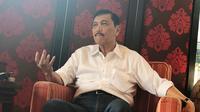 Menko Kemaritiman Luhut Binsar Pandjaitan berbicara hubungan Jokowi dan Prabowo di kediamannya, di Jakarta, Kamis (30/5/2019). (Liputan6.com/Putu Merta Surya Putra)
