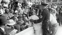 Aksinya membuat Hitler mesti memecat staf keamanannya karena tak bisa mencegah wanita itu menciumnya