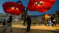 Warde, lampu jalan berbentuk bunga raksasa unik ini 'mekar' saat orang melewatinya
