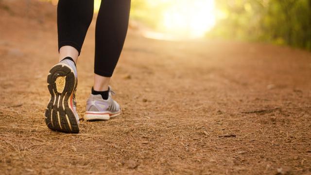 Ilustrasi jalan kaki olahraga untuk orang dengan nyeri lutut (iStock)