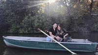 Kezia Toemion berfoto bersama kekasihnya Aditya Trihatmanto diatas perahu. Adi dan Kezia telah merajut kasih sejak masih berusia 16 tahun. Kini mereka siap untuk menapaki jejak yang lebih serius. (instagram/keziatoemion)