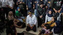 Menteri Perhubungan Budi Karya bersama Menteri Kesehatan Nila Moeloek berbincang dengan penumpang saat meninjau pengamanan dan angkutan lebaran 2019 di Stasiun Gambir, Jakarta, Minggu (26/5/2019). (Liputan6.com/Faizal Fanani)