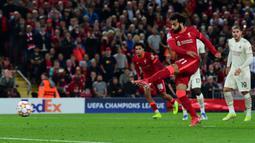 Unggul satu angka, Liverpool terus gencarkan serangan. The Reds mendapatkan peluang emas dari titik dua belas pas pada menit ke-14. Sayangnya, Penalti yang dieksekusi oleh Salah masih bisa dihentikan kiper AC Milan, Mike Maignan. (Foto: AFP/Paul Ellis)