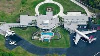 John Travolta mempunyai bandara pribadi di area rumahnya. (architecturendesign.net)