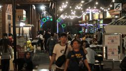 Orang-orang mengunjungi area Food Street di Pulau D reklamasi atau Pantai Maju, Jakarta, Selasa (29/1). Tidak hanya menyajikan makanan, pengunjung juga bisa menikmati alunan musik nan syahdu yang disajikan sepanjang malam. (Merdeka.com/Iqbal S. Nugroho)