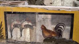 """Gambar yang dirilis pada 26 Desember 2020 menunjukkan termopolium, semacam konter """"makanan cepat saji"""" pinggiran jalan (street food) pada era Romawi kuno, di Pompeii. Toko itu ditemukan di situs taman arkeologi Regio V yang belum dibuka untuk umum. (Luigi Spina/Parco Archeologico di Pompei via AP)"""