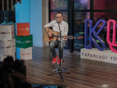 "Penampilan Menteri Ketenagakerjaan M. Hanif Dhakiri saat hadir menjadi bintang tamu dalam acara KLY Lounge di Gedung KLY, Gondangdia, Jakarta, Jumat (5/10). Hanif Dhakiri menyanyikan salah satu lagu Anji ""Menunggu Kamu"". (Liputan6.com/Faizal Fanani)"
