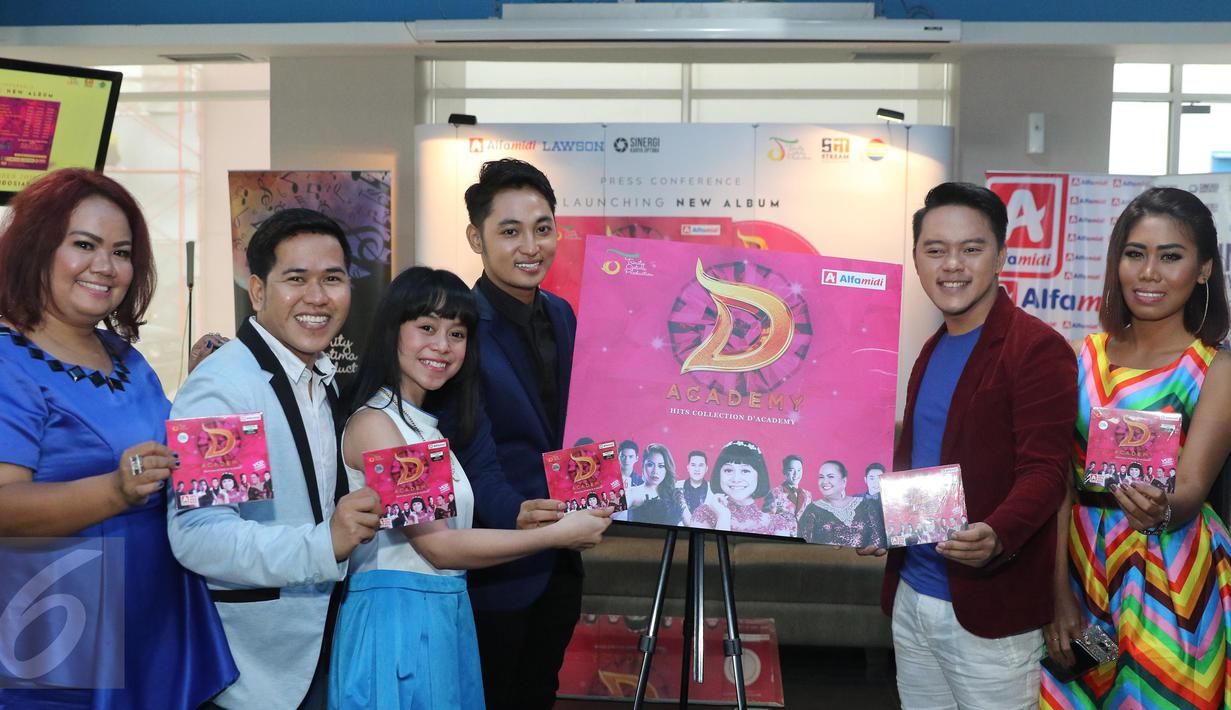 Para penyanyi Dangdut D'Academy berpose usai peluncuran VCD Karaoke di Cafetaria Indosiar, Jakarta, Kamis (6/10). Bintang-Bintang Dangdut Academy Indosiar merilis VCD karaoke bertajuk D'Acadamy Hits Collection. (Liputan6.com/Herman Zakharia)