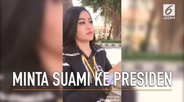 Seorang wanita yang mengaku janda meminta suami ke Presiden Jokowi saat lakukan kunjungan ke Serang, Banten. Permintaan ini dibagikan melalui media sosial.