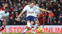 Pemain Tottenham Hotspur Harry Kane menendang bola yang akhirnya menciptakan gol kedua untuk timnya saat bertandang ke markas Liverpool dalam pertandingan Liga Inggris di Anfield, Liverpool (4/2). (AP Photo/Rui Vieira)
