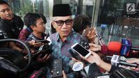 Awak media memberikan pertanyaan kepada Mantan Ketua Komisi II DPR Agun Gunandjar Sudarsa seusai menjalani pemeriksaan di gedung KPK, Jakarta, Senin (4/6). Agun diperiksa sebagai saksi  terkait dugaan aliran dana korupsi E-KTP. (Merdeka.com/Dwi Narwoko)