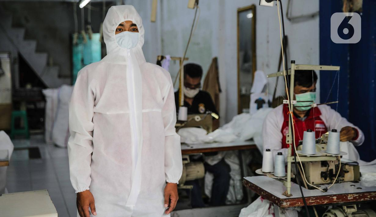 Pekerja memakai pakaian untuk Alat Pelindung Diri (APD) tenaga medis di kawasan Penggilingan, Jakarta, Kamis (26/3/2020). Akibat melonjaknya jumlah kasus penyebaran Covid-19 di beberapa wilayah di Indonesia menyebabkan terbatasnya ketersediaan APD di pasaran. (Liputan6.com/Faizal Fanani)