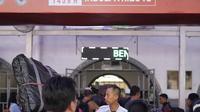 Pemudik pengguna jasa kereta api memadati Stasiun Pasar Senen, Jakarta, Selasa (12/6). Puncak arus mudik di Stasiun Pasar Senen diperkirakan terjadi hari ini atau H-3 Idul Fitri. (Liputan6.com/Faizal Fanani)