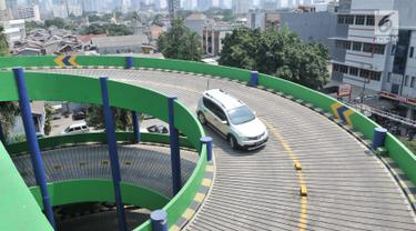 Kendaraan melintasi area parkir di salah satu pusat perbelanjaan di kawasan Jakarta, Selasa (20/8/2019). Pemerintah Provinsi DKI Jakarta tengah mengkaji rencana untuk menaikkan tarif parkir di ibu kota sebagai bagian dari usaha mengurangi kemacetan dan polusi udara. (merdeka.com/Iqbal S Nugroho)