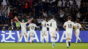 Gelandang Real Madrid, Gareth Bale (kiri) berselebrasi usai mencetak hattrick saat melawan Kashima Antlers di semifinal Piala Dunia Antarklub 2018 di stadion Zayed Sports City, Uni Emirat Arab (19/12). Madrid menang 3-1. (AP Photo/Hassan Ammar)