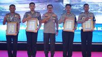 Kakorlantas Polri memberikan penghargaan kepada personel kepolisian yang sudah baik dalam bertugas. (Istimewa)