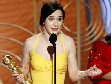 "Rachel Brosnahan saat menerima penghargaan sebagai aktris terbaik dalam Serial televisi, Komedi atau Musikal untuk serial ""The Marvelous Mrs. Maisel"" selama 76th Golden Globe Awards di Beverly Hills, California (7/1). (Paul Drinkwater/NBC via AP)"