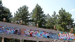 Sejumlah freestyler meluncur di jalur bekas Olimpiade Musim Dingin 1984, Bosnia-Herzegovina , Jumat (8/8/2015). Rencananya tempat ini akan direnovasi pada 2017 nanti untuk gelaran 2017 Youth Olympic Winter Festival Eropa. (Reuters/Dado Ruvic)