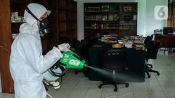 Petugas melakukan Penyemprotan Disinfektan di Masjid Baiturrahman Kompleks Parlemen, Senayan, Jakarta, Kamis (22/10/2020). Sekjen DPR Indra Iskandar menjelaskan penutupan dilakukan untuk sterilisasi dan Penyemprotan disinfektan demi mencegah penyebaran COVID-19. (Liputan6.com/Johan Tallo)
