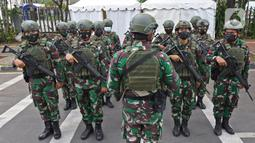 Sejumlah tentara saat melakukan pengamanan pada perayaan Paskah di Gereja Katedral, Jakarta, Jumat (2/4/2021). Sejumlah personel gabungan TNI-Polri disipakan untuk melakukan pengamanan di sejumlah gereja pada perayaan Paskah. (Liputan6.com/Herman Zakharia)
