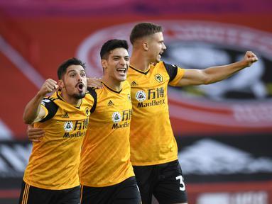 Penyerang Wolverhampton Wanderers, Raul Jimenez (tengah) berselebrasi dengan rekan setimnya usai mencetak gol ke gawang Sheffield United pada pertandingan Liga Inggris di stadion Bramall Lane, Inggris, Senin, (14/9/2020). Wolves menang 2-0 atas Sheffield United. (Peter Powell/Pool via AP)