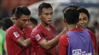 Bek Timnas Indonesia, Hansamu Yama, tampak kecewa usai dikalahkan Thailand pada laga Piala AFF 2018 di Stadion Rajamangala, Bangkok, Sabtu (17/11). Thailand menang 4-2 dari Indonesia. (Bola.com/M. Iqbal Ichsan)
