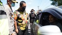 Wali Kota Semarang Hendrar Prihadi mengecheck kendaraan yang masuk kota Semarang. (foto: Liputan6.com/felek wahyu)