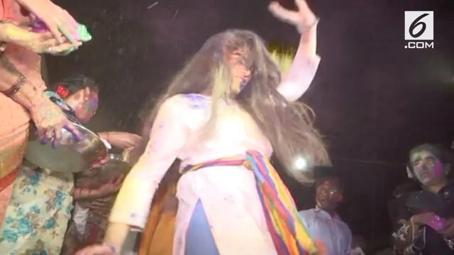 Umat hindu di Karachi, Pakistan merayakan festival Holi dengan penuh warna di kuil Mandir Swaminarayan.