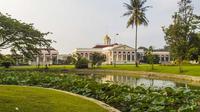 Kebun raya Bogor (Sumber : travelspromo.com)