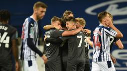 Pemain Brentford merayakan gol yang dicetak  Emiliano Marcondes ke gawang West Brom dalam pertandingan Piala Inggris di venue The Hawthorns, Rabu (23/9/2020) dini hari WIB. West Brom kalah 6-7 atas Brentford lewat adu penalti. (AFP/Oli Scarff)