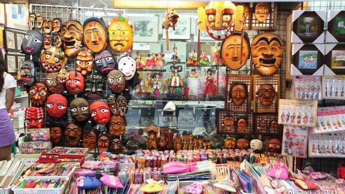 Salah satu toko yang menjual beragam aksesoris dan kerajinan tangan tradisional Korea di Jalan Insadong, Seoul, Korea Selatan. (visitkore.or.kr)