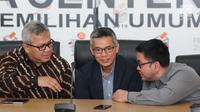 Ketua KPU, Arief Budiman (kiri) berbincang dengan komisioner KPU, Wahyu Setiawan dan Viryan saat memberi keterangan terkait putusan Bawaslu di Jakarta, Selasa (6/3). KPU akan melaksanakan putusan Bawaslu terkait PBB. (Liputan6.com/Helmi Fithriansyah)