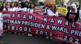 Massa membawa spanduk berisi imbauan saat menggelar aksi damai di kawasan Patung Kuda, Jakarta, Senin (14/10/2019). Massa mengimbau masyarakat untuk menjaga situasi damai, aman, dan tidak terprovokasi hoaks jelang pelantikan Presiden dan Wakil Presiden. (Liputan6.com/JohanTallo)