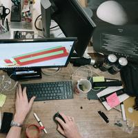 Meja kerja berantakan (Unsplash)