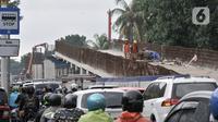 Kendaraan melintasi proyek pembangunan Flyover Lenteng Agung, Jakarta, Rabu (26/2/2020). Proyek jalan layang putar arah yang menghabiskan anggaran Rp140,8 miliar tersebut ditargetkan rampung pada November 2020. (merdeka.com/Iqbal S Nugroho)