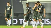 Para pemain Manchester United tertunduk lesu usai dikalahkan Sevilla pada semifinal Liga Europa 2019/2020, Senin (17/8/2020). (AP Photo/Martin Meissner, Pool)