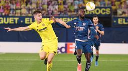 Pemain Villareal, Juan Foyth, berebut bola dengan pemain Arsenal, Nicolas Pepe, pada laga Liga Europa di Stadion Ceramica, Jumat (30/4/2021). Villareal menang dengan skor 2-1. (AFP/Jose Jordan)
