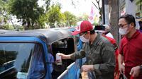 Distribusi ratusan bantuan berupa sembako, face shield dan hand sanitizer kepada supir bajaj.