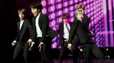 """Boyband K-pop, BTS tampil dalam konser negara persahabatan antara Korea Selatan dan Prancis, di Paris, Minggu (14/10). Pada acara bertajuk """"Resonance of Korean Musicians"""" tersebut BTS tampil dalam balutan setelan jas resmi. (YOAN VALAT/POOL/AFP)"""