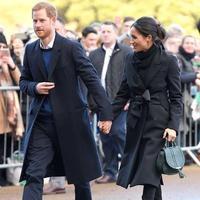 Tas tangan Meghan Markle saat berkunjung ke Wales bersama Pangeran Harry pada Januari 2018. (dok.Instagram @haircraft/https://www.instagram.com/p/BsA8Fbil42F/Henry