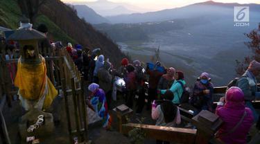 Wisatawan memadati Bukit Cinta untuk mengabadikan sunrise matahari di Kecamatan Tosari, Pasuruan, Jawa Timur, Sabtu (4/11). Bukit Cinta merupakan lokasi yang menarik untuk melihat matahari terbit. (Liputan6.com/Fery Pradolo)