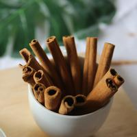Memilih kayu manis batangan./Copyright pexels.com/@ngo-tr-ng-an-837314