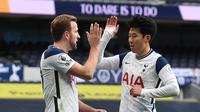 Duet maut Tottenham Hotspur, Harry Kane dan Son Heung-min, ketika membawa timnya menang atas Leeds United di Tottenham Hotspur Stadium, Sabtu (2/1/2021). (ANDY RAIN / POOL / AFP)