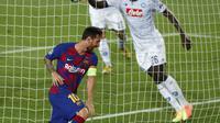 Penyerang Barcelona, Lionel Messi merayakan gol ketiga Barcelona ke gawang Napoli dalam lanjutan Liga Champions 2019/2020. (AP Photo/Joan Monfort)