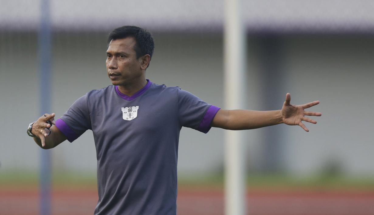Pelatih Persita Tangerang, Widodo C. Putro, memberikan instruksi saat latihan di Stadion Sport Center, Tangerang, Selasa (28/5). Latihan ini persiapan jelang laga Liga 2 2019. (Bola.com/Vitalis Yogi Trisna)