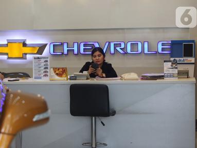 Pegawai menunggu pembeli di show room penjualan mobil Chevrolet, Jakarta, Rabu (30/10/2019). General Motors (GM) akan menghentikan penjualan Chevrolet di pasar domestik Indonesia pada akhir Maret 2020. (Liputan6.com/Angga Yuniar)