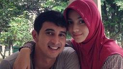 Senyum ceria keduanya. Citra tampil cantik dengan mengenakan hijab. Merangkul Ali Syakieb yang ada didepannya. (Instagram/rasiagulcin_97)