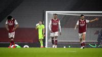 Para pemain Arsenal tampak lesu usai ditaklukkkan Aston Villa pada laga Liga Inggris di Stadion Emirates, Minggu (8/11/2020). Arsenal takluk dengan skor 0-3. (Andy Rain/Pool via AP)
